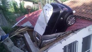 Λάρισα: Αυτοκίνητο «προσγειώθηκε» σε σπίτι (pics)