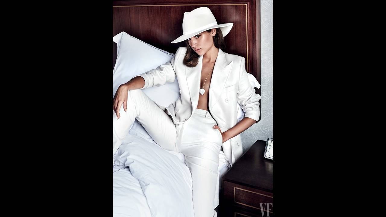 """""""Δεν μου αρέσει να νιώθω περιορισμένη"""" εξομολογείται η Βικάντερ. Κοστούμι Bottega Veneta, καπέλο Kin/K, κολιέ Venyx."""