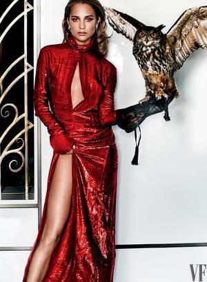 Τουαλέτα Nina Ricci, σκουλαρίκια Van Cleef & Arpels.