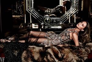 Η Aλίσια Βικάντερ στη σουίτα Roosevelt στο ξενοδοχείο Beaumont του Λονδίνου. Τουαλέτα Alexander McQueen, παπούτσια Christian Louboutin, σκουλαρίκια Dauphin.