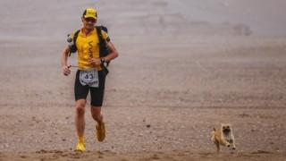 Σκυλίτσα «ερωτεύεται» δρομέα και τρέχει μαζί του 125 χμ
