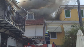 Πυρκαγιά στην παλαιά πόλη της Λευκάδας-Καίγονται σπίτια
