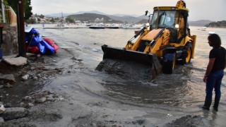 Καταστροφές στην παραλία του Τολού από την καταιγίδα (vid&pics)