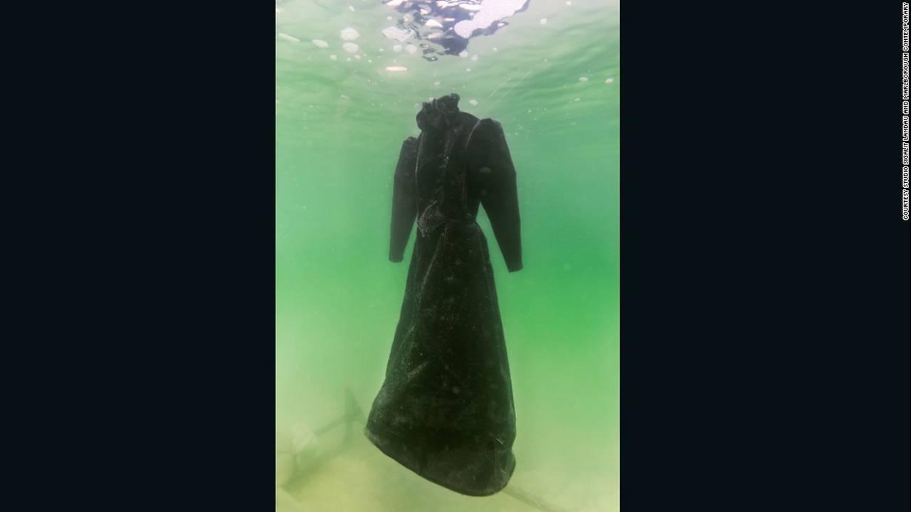 https://cdn.cnngreece.gr/media/news/2016/08/10/42287/photos/snapshot/160808133300-sigalit-landau-salt-bride-2-super-169.jpg