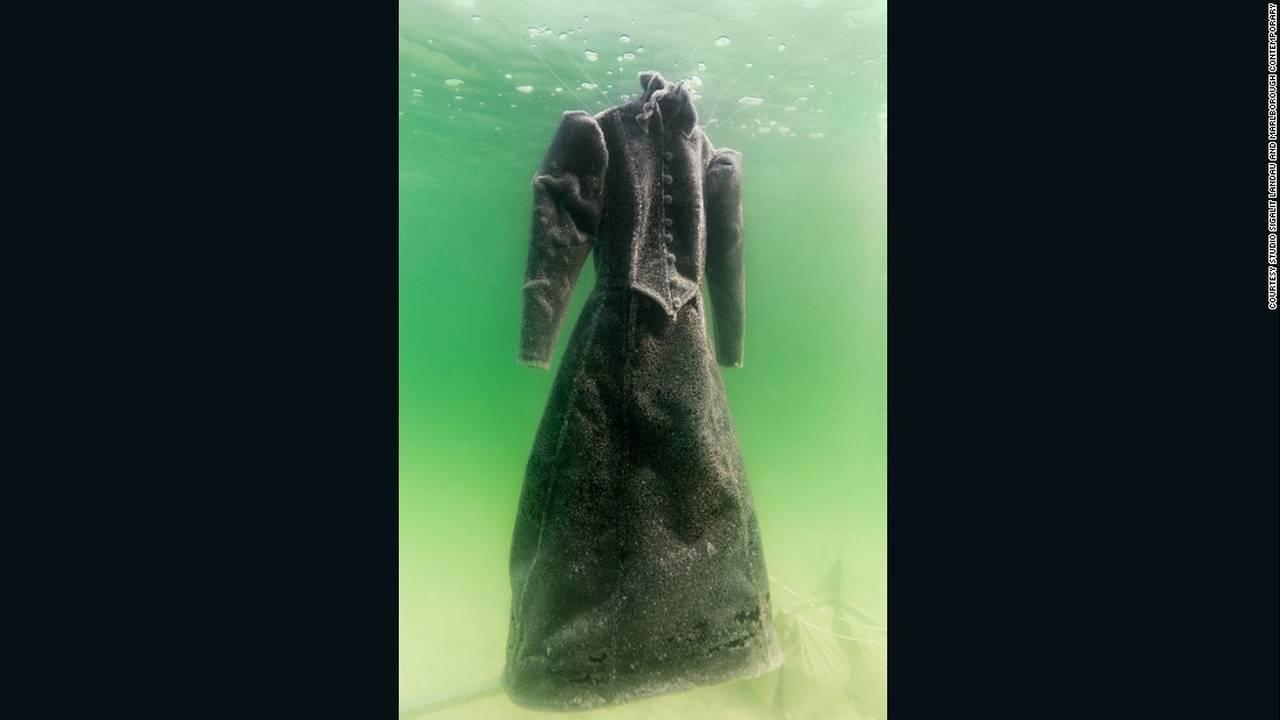https://cdn.cnngreece.gr/media/news/2016/08/10/42287/photos/snapshot/160808133504-sigalit-landau-salt-bride-3-super-169.jpg