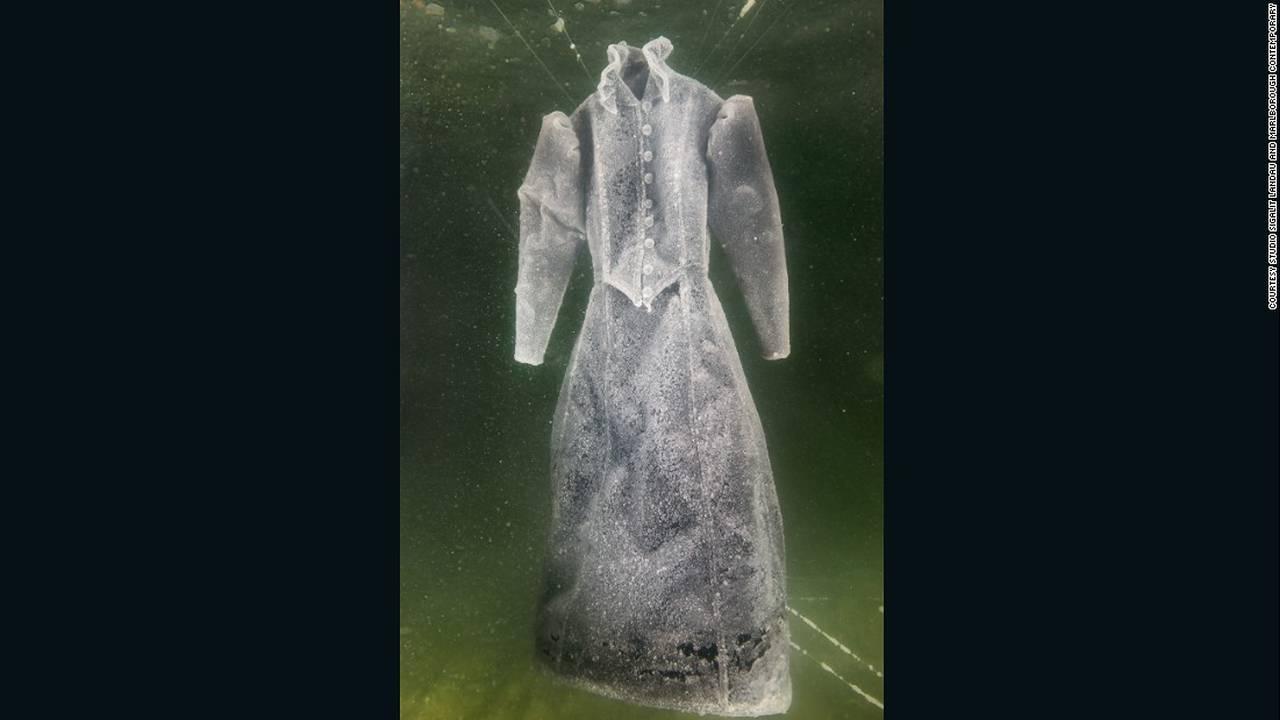 https://cdn.cnngreece.gr/media/news/2016/08/10/42287/photos/snapshot/160808153828-sigalit-landau-salt-bride-5-super-169.jpg
