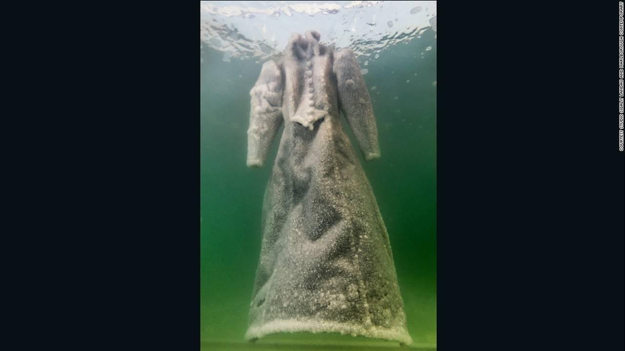 https://cdn.cnngreece.gr/media/news/2016/08/10/42287/photos/snapshot/160808174918-sigalit-landau-salt-bride-8-super-169.jpg