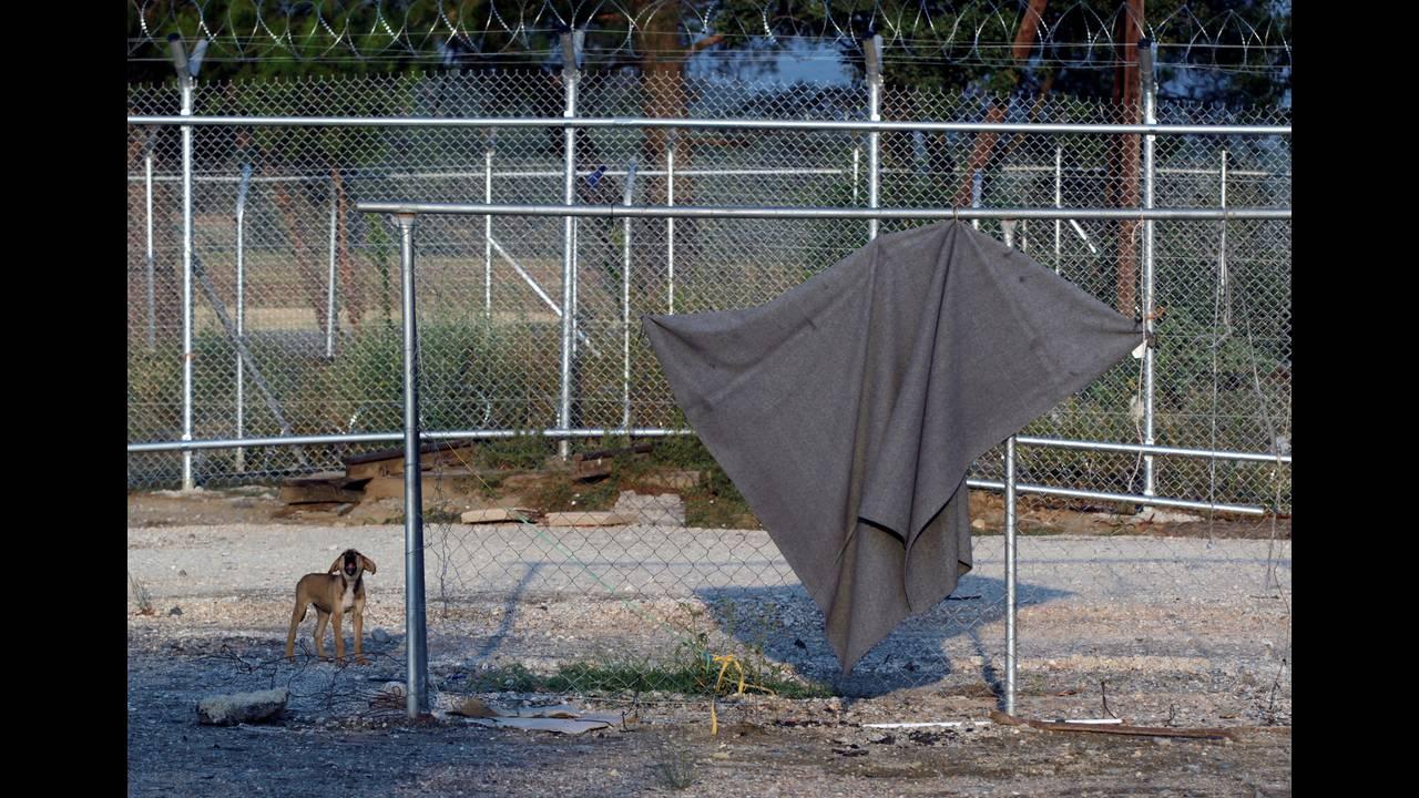 Μια κουβέρτα κρέμεται στον φράχτη, απομεινάρι της πολύμηνης παρουσίας προσφύγων στην περιοχή.