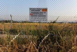 Μια πινακίδα που δείχνει προς την κατεύθυνση του σημείου ελέγχου στα σύνορα της Ελλάδας με την πΓΔΜ, εκεί όπου έκλεισαν οι πόρτες της Ευρώπης για δεκάδες χιλιάδες ανθρώπους.