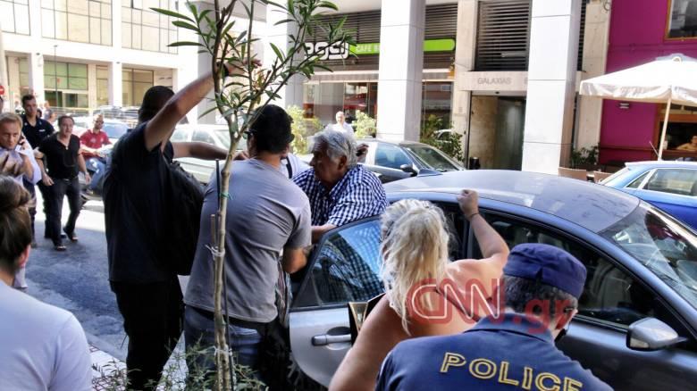 Τραγωδία στην Αίγινα: Πήγαν να λιντσάρουν τον 77χρονο χειριστή του ταχύπλοου στα δικαστήρια (pics)