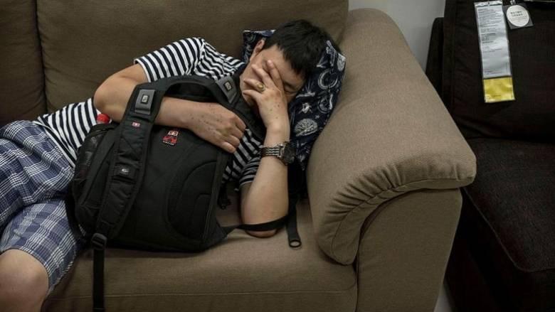 Διέρρηξε σπίτι, ήπιε ένα μπουκάλι ρούμι και την... έπεσε στον καναπέ