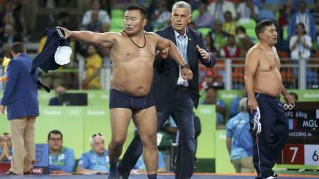 Ριο 2016: Μογγόλοι προπονητές έκαναν στριπτίζ διαμαρτυρόμενοι για τους διαιτητές!