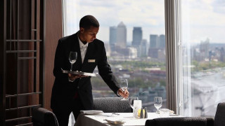 Σερβιτόρος πήρε φιλοδώρημα $500 σε λογαριασμό ύψους 37 σεντς...