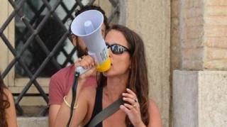 Κόρη υπουργού τα βάζει με τη Μανωλάδα της Ιταλίας