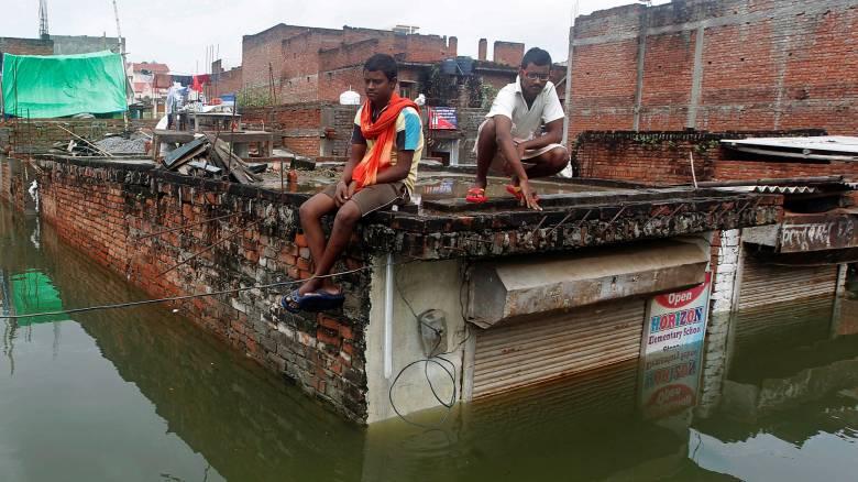 Συγκλονιστικές φωτογραφίες από τις φονικές πλημμύρες στην Ινδία