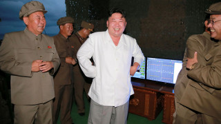 Βόρεια Κορέα: Πλατειά χαμόγελα από τον Κιμ Γιονγκ Ουν για την εκτόξευση πυραύλου