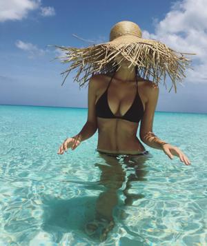 Η Emily Ratajkowski στα Turks & Caicos