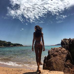 Η Ιzabel Goulart στη Σαρδηνία.