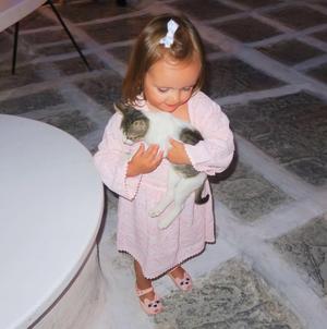 H κόρη της Tamara Ecclestone Sophia στα στενά της Μυκόνου.