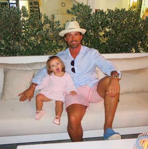 Ο σύζυγος της Tamara Ecclestone, Jay Rutland με την κόρη τους Sophia στη Μύκονο.