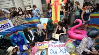 Βρετανία: Διαμαρτυρία για την απαγόρευση του μπουρκίνι… με beach party (pics)
