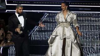 Η εξομολόγηση του Drake προς τη Riri στη σκηνή των VMAs ήταν η φετινή πιο άβολη στιγμή των βραβείων