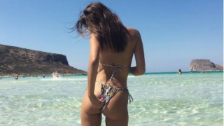 Ατύχημα με το μαγιό της είχε η Emily Ratajkowski στην Κρήτη