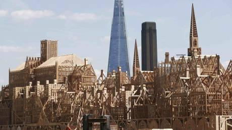 Λονδίνο: Στην πυρά ξύλινο γλυπτό 120 μέτρων