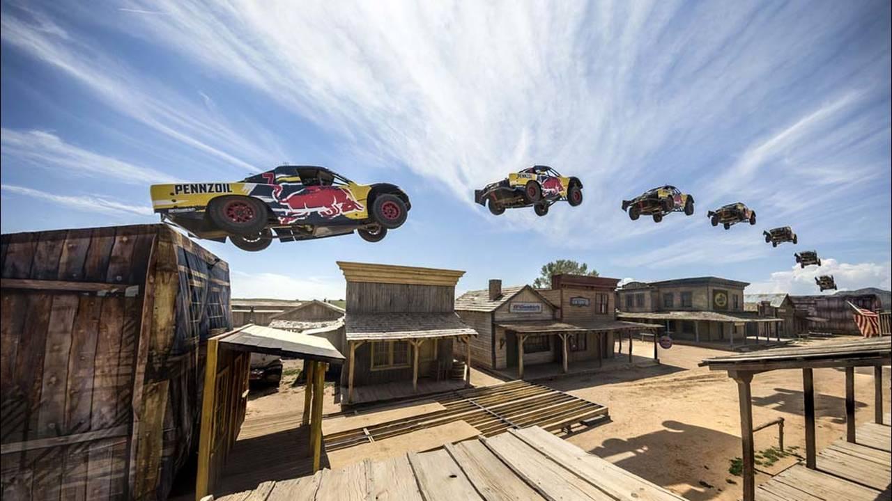 https://cdn.cnngreece.gr/media/news/2016/08/31/44640/photos/snapshot/record-truck-jump-1.jpg