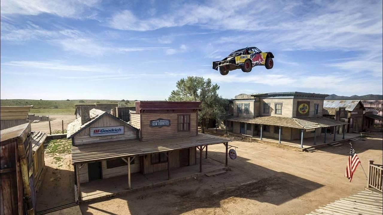 https://cdn.cnngreece.gr/media/news/2016/08/31/44640/photos/snapshot/record-truck-jump.jpg