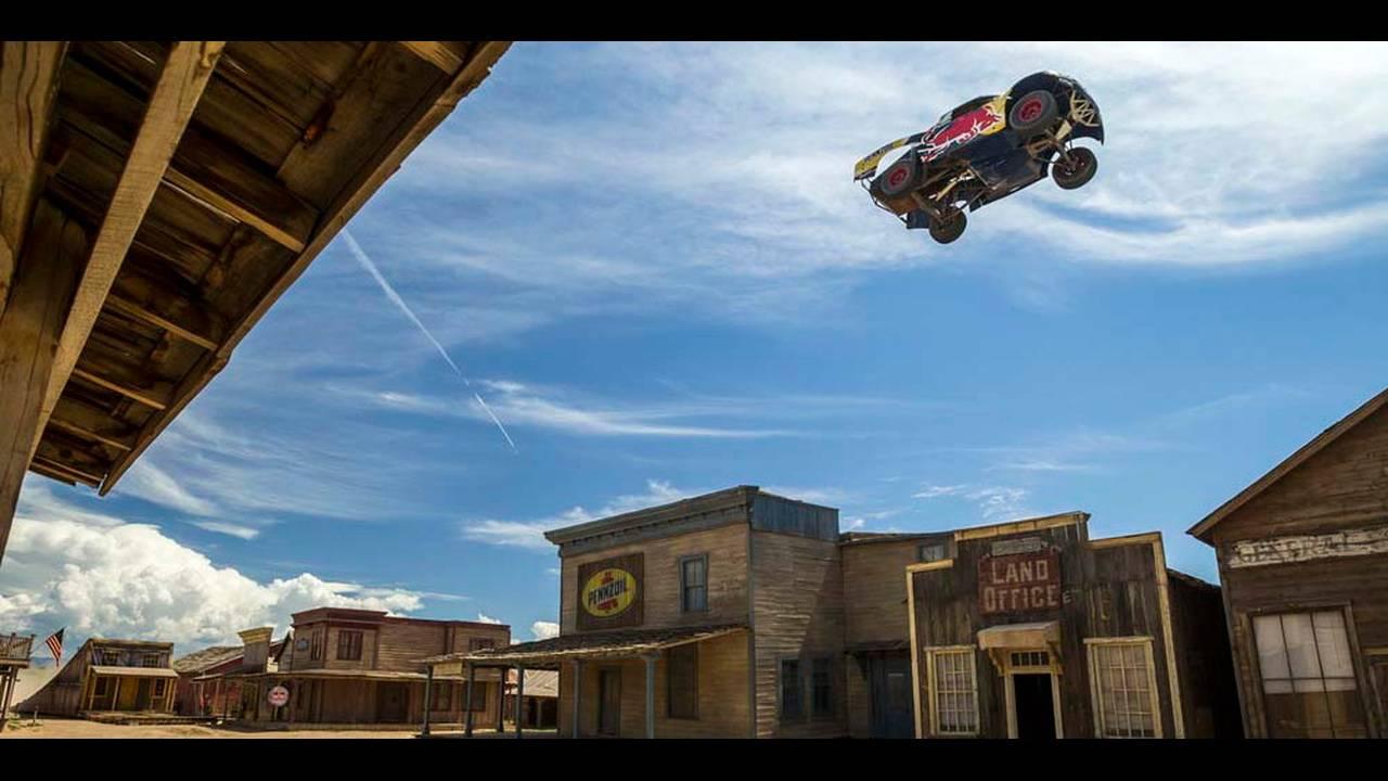 https://cdn.cnngreece.gr/media/news/2016/08/31/44640/photos/snapshot/trophy-truck-record-jump-7.jpg