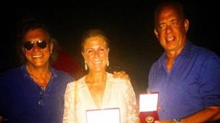 Ο Ηλίας Ψινάκης παρασημοφορεί τον Tom Hanks και τη Rita Wilson