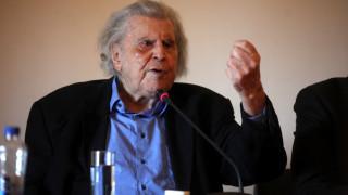 Με δύο ποιήματα ο Μίκης Θεοδωράκης παρεμβαίνει στις πολιτικές εξελίξεις
