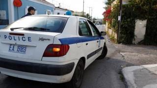 Τρίκαλα: Απείλησε τους γονείς του με τσεκούρι και πήδηξε από τον πρώτο όροφο του αστυνομικού κτιρίου