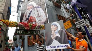 Η αμφιλεγόμενη αγιοποίηση της Μητέρας Τερέζας