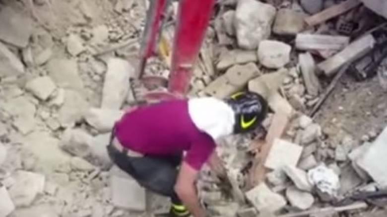 Ιταλία: Γάτα ανασύρθηκε ζωντανή από συντρίμμια 15 μέρες μετά τον σεισμό (vid)