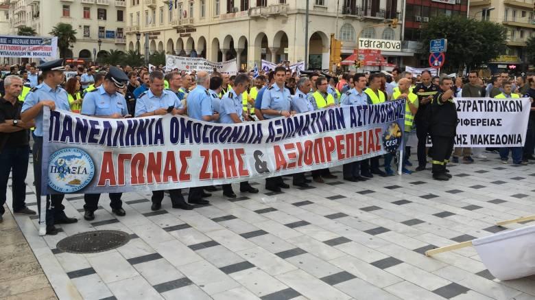 ΔΕΘ 2016: Στο δρόμο διαμαρτυρόμενοι οι ένστολοι(pics)