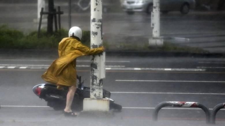 Σαρώνει την Ταϊβάν ο σούπερ τυφώνας Μεράντι (vid&pics)