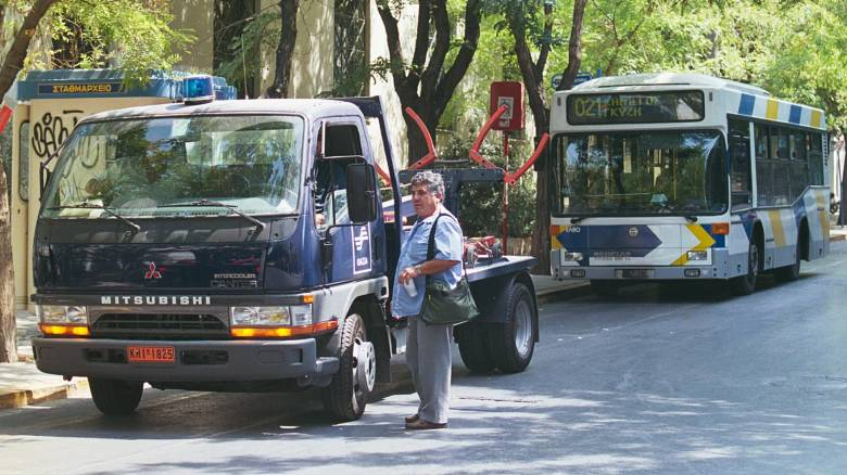 Επιστρατεύονται και γερανοί για τις λεωφορειολωρίδες