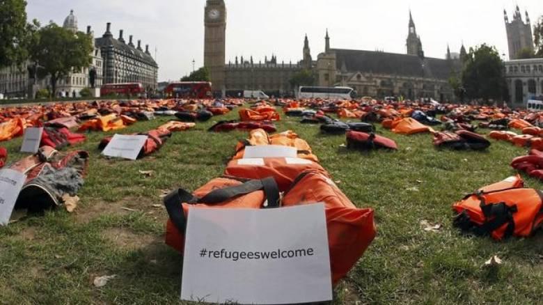 Λονδίνο: Σωσίβια προσφύγων πλημμύρισαν την πλατεία του Κοινοβουλίου