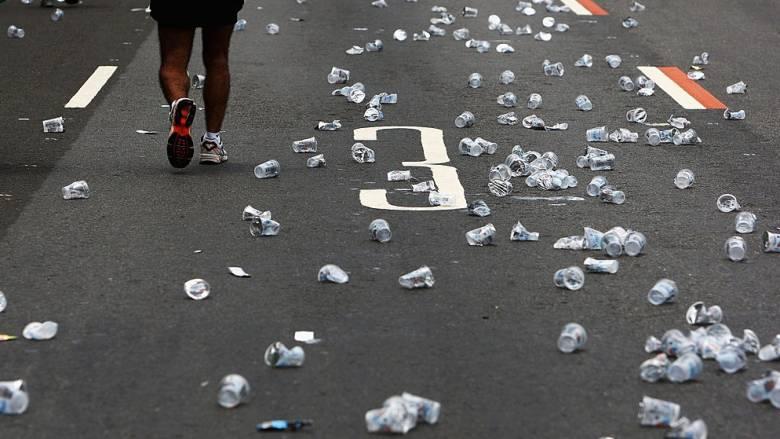 Η πρώτη χώρα που απαγορεύει τα πλαστικά πιάτα και ποτήρια