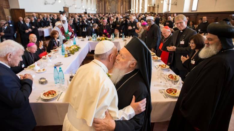 O θερμός ασπασμός Πάπα - Οικουμενικού Πατριάρχη στην Ασίζη (video+pics)