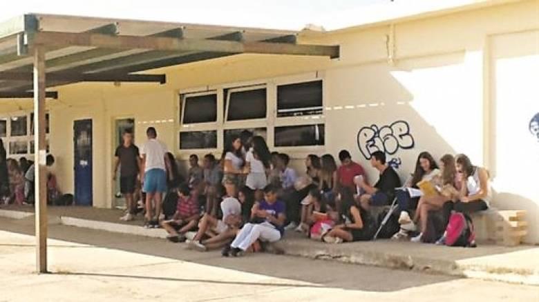 Παιδιά γυμνασίου στην Κρήτη κάνουν μάθηματα στα παγκάκια
