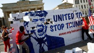 Βερολίνο: Ακτιβιστές «γκρεμίζουν» το τείχος του Τραμπ