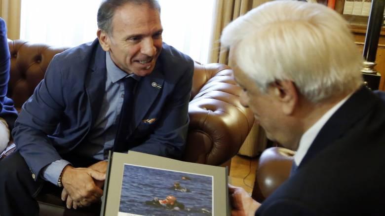 Ο ΠτΔ υποδέχτηκε στο Προεδρικό Μέγαρο τον φωτορεπόρτερ Γιάννη Μπεχράκη