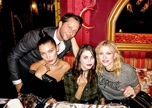 """""""Όταν κάνεις photobombing στις Bella Hadid, Frances Bean Cobain, και Courtney Love στο πάρτι του Love magazine στο Loulou's""""."""