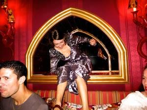 Η Camille Bidault-Waddington κάνει μια εντυπωσιακή είσοδο στο πάρτι του Love.