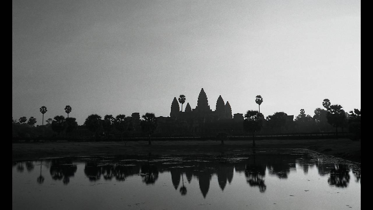 https://cdn.cnngreece.gr/media/news/2016/09/26/47800/photos/snapshot/Angkor-BW-033.jpg