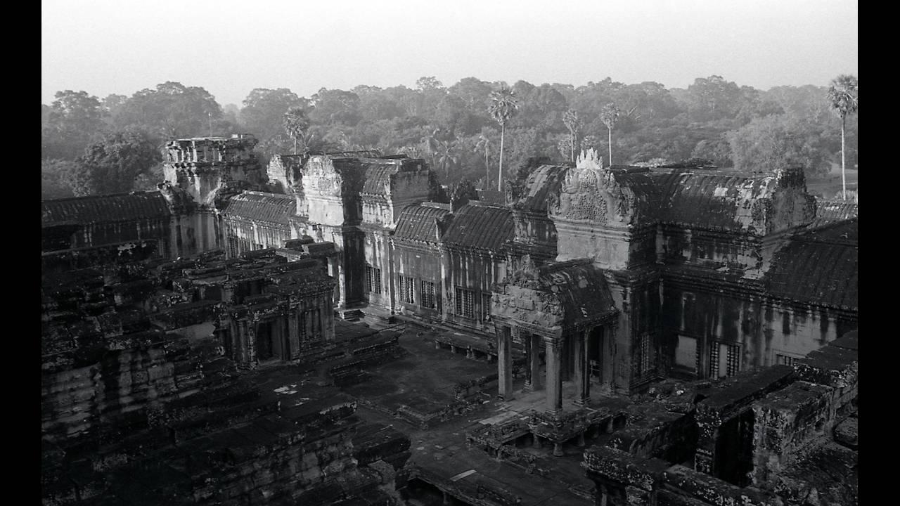 https://cdn.cnngreece.gr/media/news/2016/09/26/47800/photos/snapshot/Angkor-BW-037.jpg