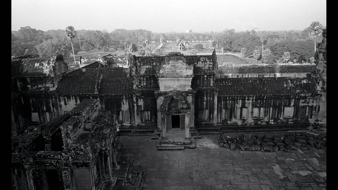 https://cdn.cnngreece.gr/media/news/2016/09/26/47800/photos/snapshot/Angkor-BW-043.jpg